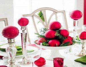 Arranjo de mesa com bolas de natal