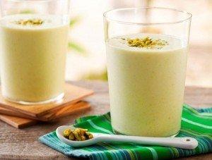 Bebida gelada de iogurte com pistache e mel