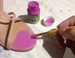 Renove suas sandálias pintando com tinta acrílica IV
