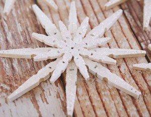 Como fazer flocos de neve com prendedores de roupa
