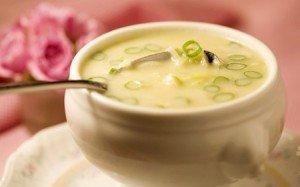 Receita de sopa cremosa de batata-doce e alho poró