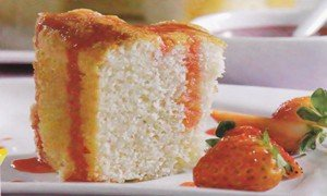 Receita de bolo de claras com calda de morango