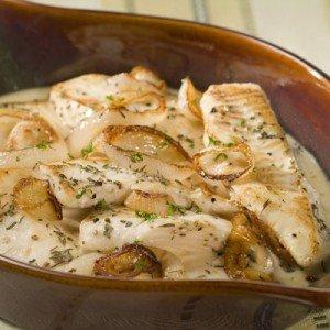 Peixe cremoso com cebola e ervas