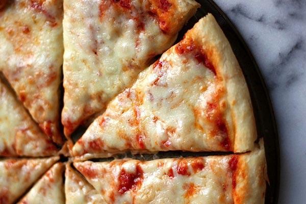 Receita de pizza caseira de queijo