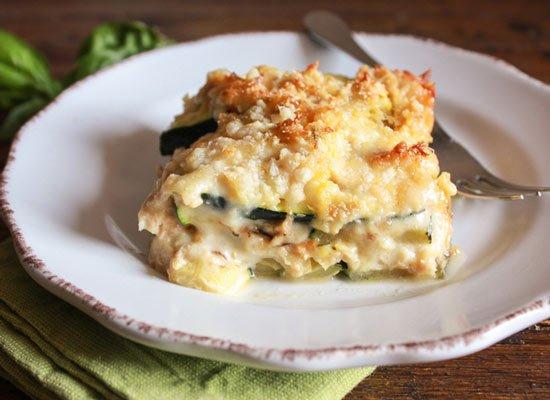 Abobrinha gratinada com molho de queijo e atum