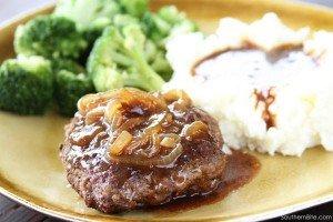 Bife de carne moída com molho de cebola