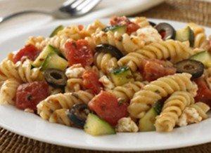 Salada grega com macarrão parafuso