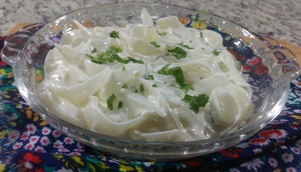 Receita de salada de cebola com molho cremoso