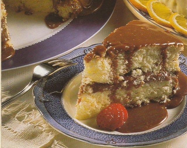 Receita de bolo de coco com recheio e cobertura de chocolate