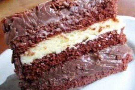 Bolo gelado com recheio de coco e chocolate
