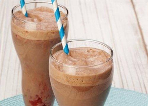 Milk-shake de chocolate e morangos