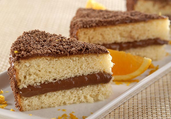 Receita de bolo de laranja com recheio e cobertura de chocolate