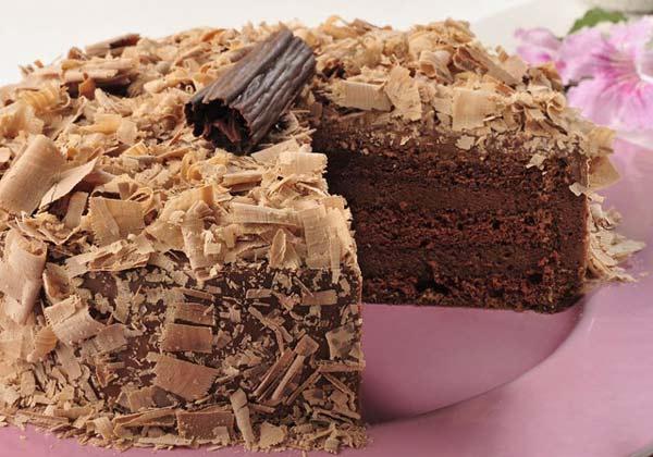 Bolo chiffon de chocolate recheado com musse