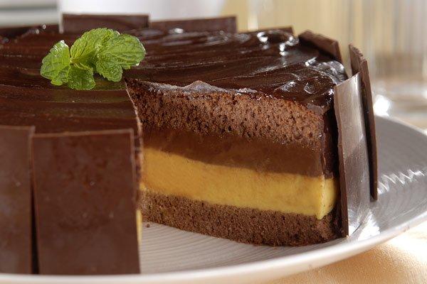Bolo com recheio de chocolate e maracujá