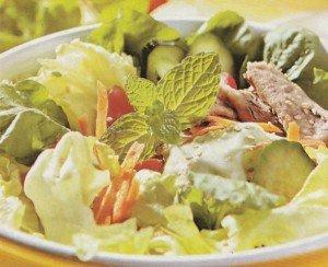 Receita de salada de folhas e sardinha