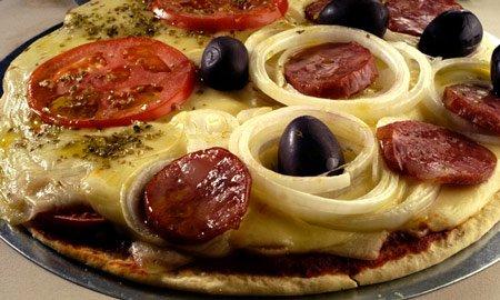 Receita de pizza de calabresa com mussarela