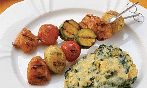 Espetinho de frango e legumes com molho
