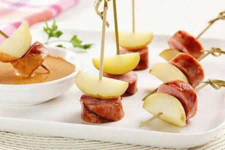 Aperitivo de linguiça toscana e mini-batatas ao molho picante