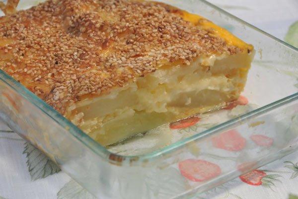 Gratinado de batata com queijo e gergelim